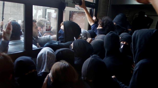 Huelga indefinida en las universidades, estudiantes encapuchados impiden acceder a la UPF.