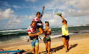 Iballa Ruano, alzada a hombros en Hawái como campeona de la Copa del Mundo por sus amigos (entre ellas su hermana Daida, subcampeona).