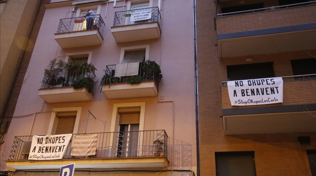 Pancartas contra la casa okupada en la calle de Benavent, este viernes.