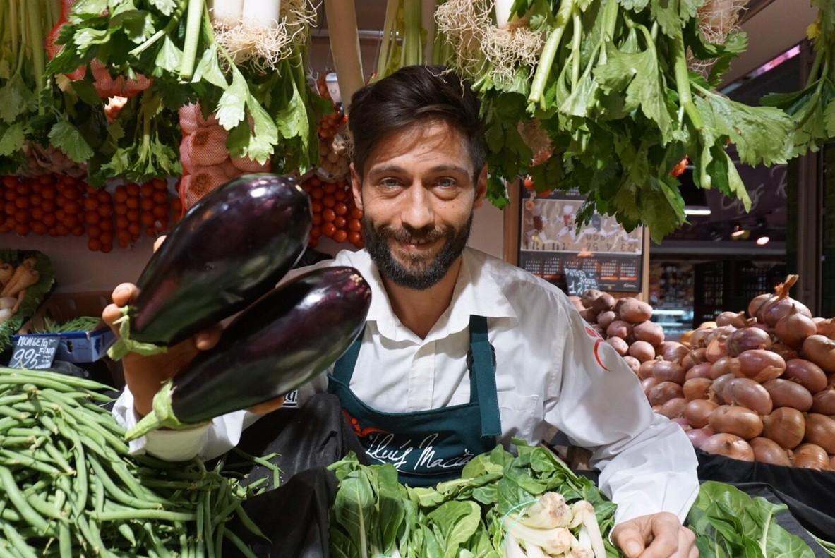 Álvaro Badia, en su puesto del mercado del Ninot.