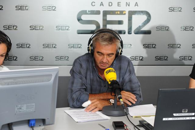 En la imagen, Carles Francino presentando su programa en la Cadena Ser.