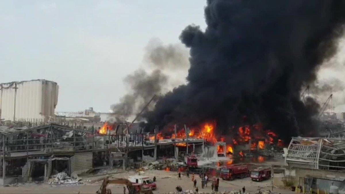 Varias columnas de humo negro se elevan sobre el puerto de Beirut tras declararse este jueves un incendio en el lugar donde hace poco más de un mes tuvo lugar la devastadora explosión que acabó con la vida de al menos 190 personas y que dejó más de 6.000 heridos.