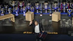 Iniesta abandona emocionado el palco del Camp Nou tras el homenaje del Barça.