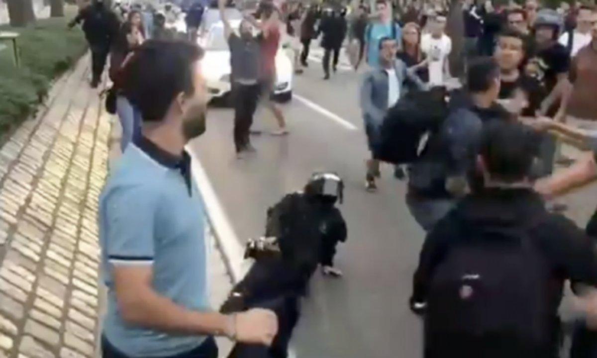Momento en el que la Mosso agredida cae al suelo.