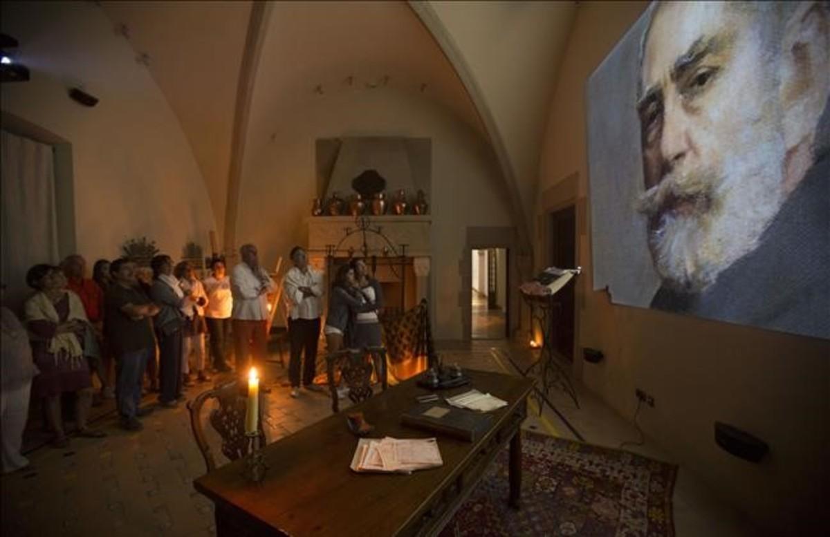El interior del monasterio, durante uno de los momentos de la visita nocturna a Món Sant Benet.