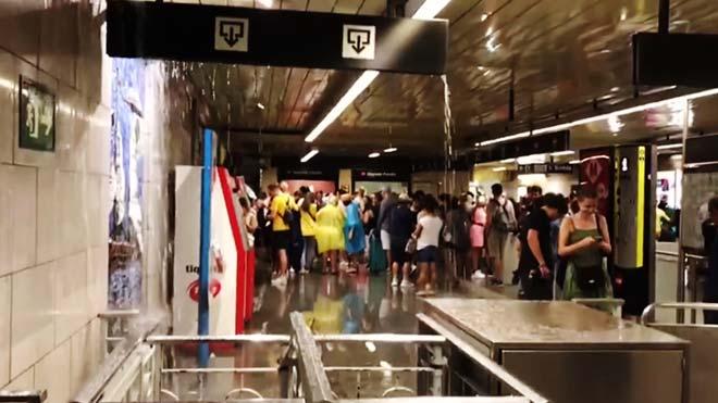 Inundaciones en la estación de Sagrada Família, en el metro de Barcelona, por la fuerte lluvia torrencial.
