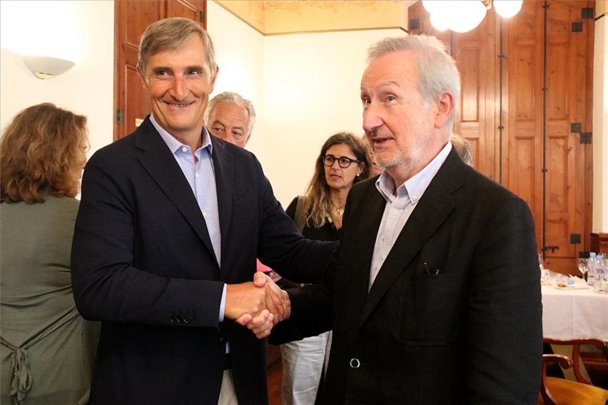 Javier Pagès, nuevo presidente de la DO Cava, saluda a Pere Bonet, el presidente saliente.