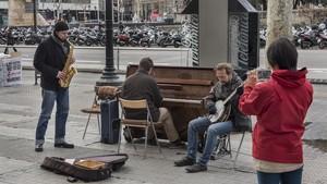 Músicos en la plaza de Catalunya.