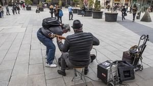 Músicos tocando en la plaza Nova.