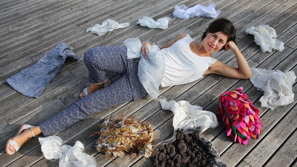 Clara Sullàespecialista en vestido escultórico y texturas textiles.