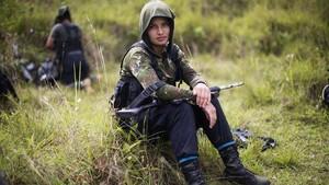 Un joven guerrillero de las FARC se toma un descanso
