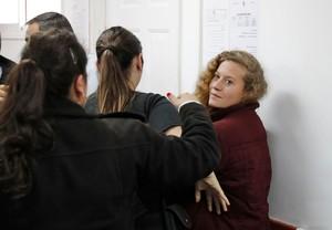 La joven palestina de 16 años, Ahed Tamimi, detenida el pasado viernes por abofetear a dos soldados israelís, comparece ante un tribunal militar en la prisión de la localidad de Betunia.