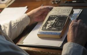 Juan Marsé, en su despacho con la primera edición de Últimas tardes con Teresa