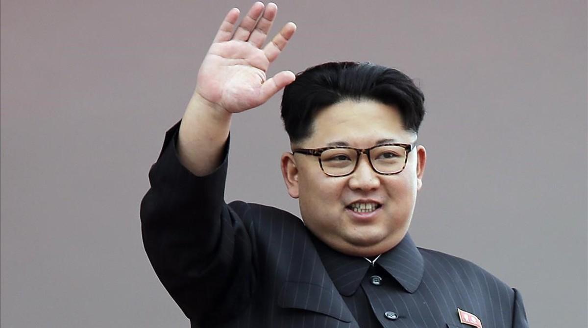 Kim Jong-un saluda a la multitud durante un desfile en Pionyang, el 10 de mayo del 2016.