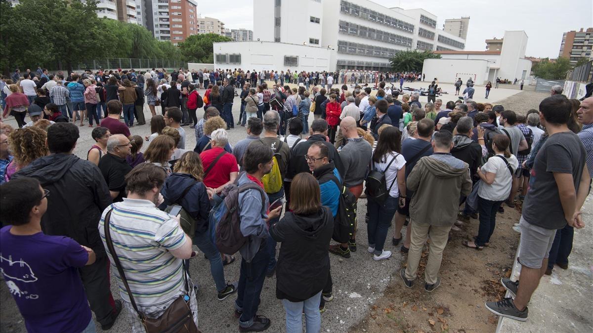 Largas colas en el IES Martí i Franques de Tarragona.