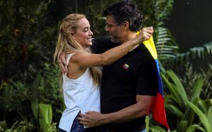 Lilian Tintori abraza a su esposo, Leopoldo López, en la embajada española en Caracas.