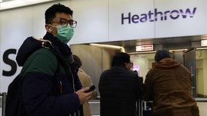 Pasajeros con mascarillas a su llegada al aeropuerto deHeathrow, Londres.