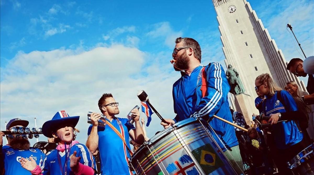 Los aficionados se preparan para recibir a los jugadores de la selección islandesa en Reykjavik en su regreso de la Eurocopa.