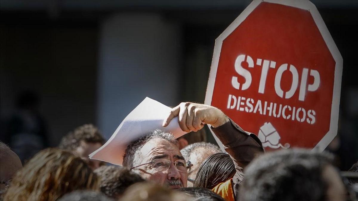 Los embargos sobre la vivienda habitual caen un 21,8% en el 2019. En la foto, manifestación contra los desahucios por problemas con las hipotecas, en Valencia.