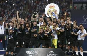 Los jugadores del Madrid posan con el trofeo conquistado ante el United en Skopje.