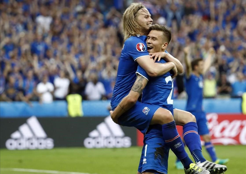 Los jugadores de Islandia celebran el segundo gol frente a Austria.