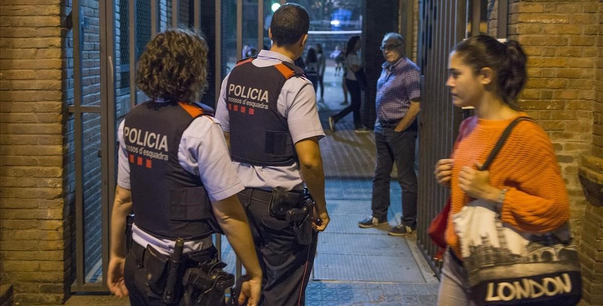 Los Mossos inspeccionan el colegio La Sedeta, en Barcelona.