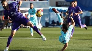 Luis Suárez prueba un remate acrobático en Butarque.