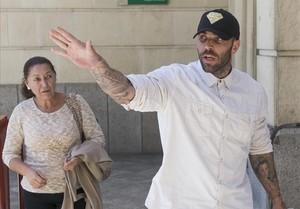 Manuel Herrera y su madre, a la salida del juzgado sevillano donde el ultra del Betis prestó declaración.