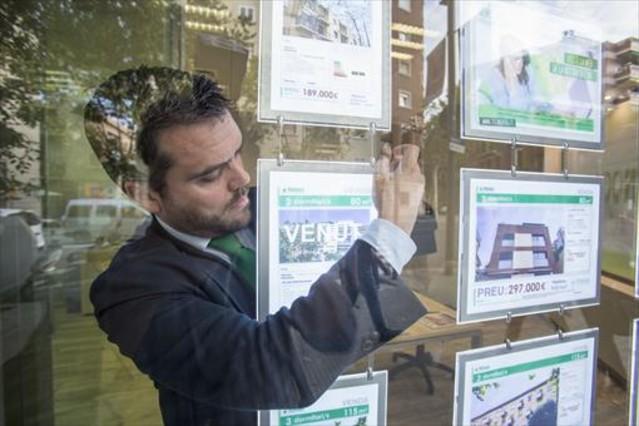 Más demanda 8 Oficinas de compraventa de viviendas en Barcelona.