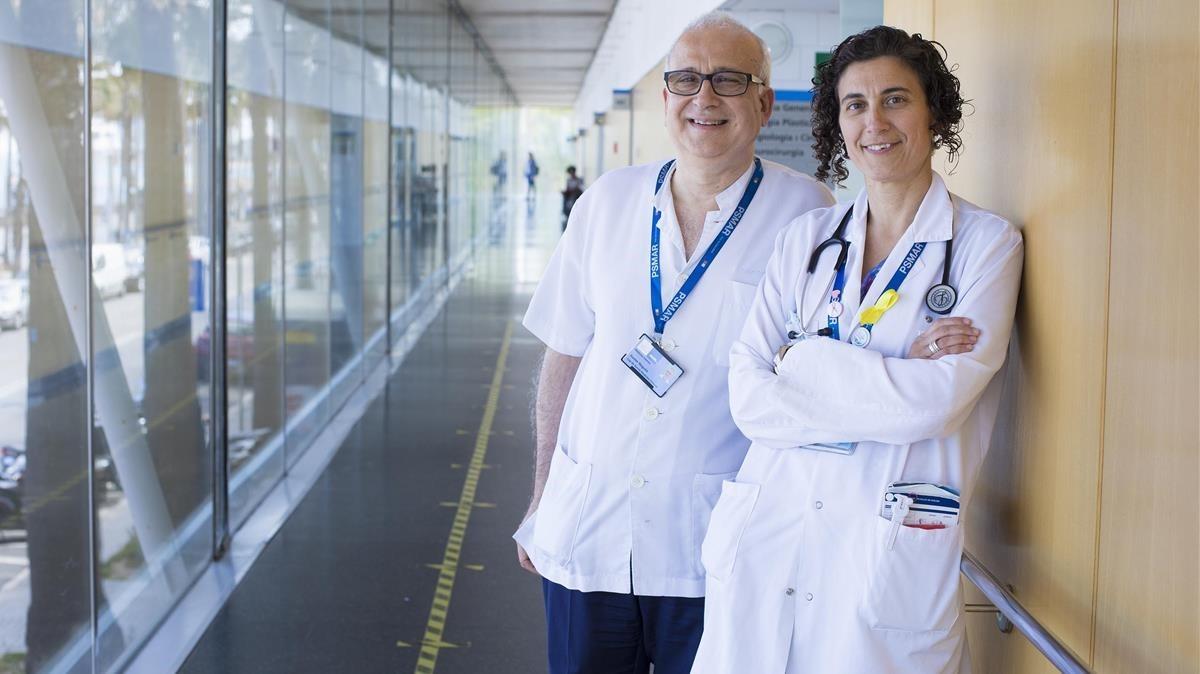 Xavier Nogués, especialista en salud ósea, y Sònia Servitja, especialista en cáncer de mama, en el Hospital del Mar.