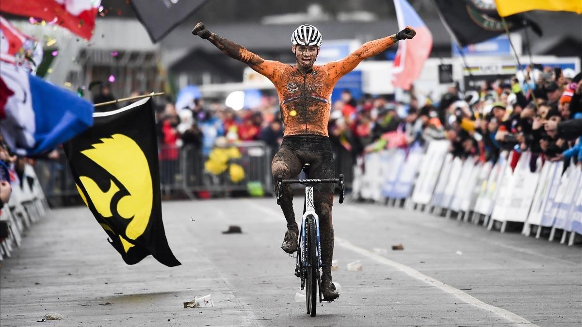 Mathieu van der Poel cruza la meta en primera posición en el Mundial de ciclocrós de Dübendorf.