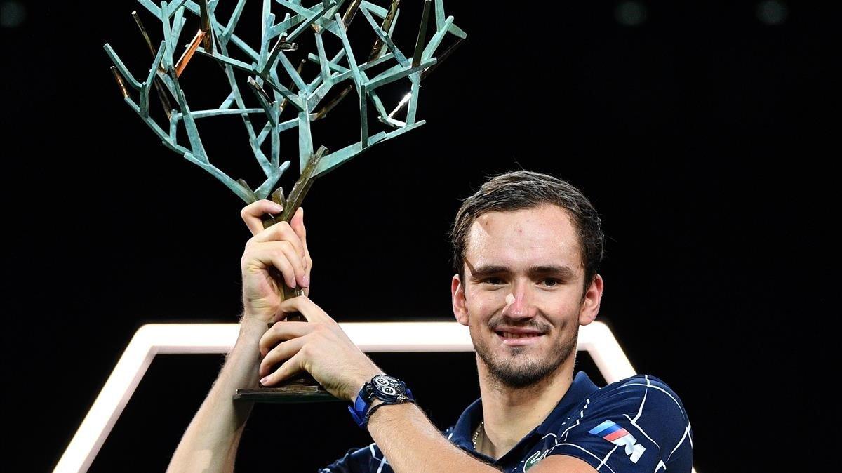 Medvedev, con la copa de ganador en París-Bercy.