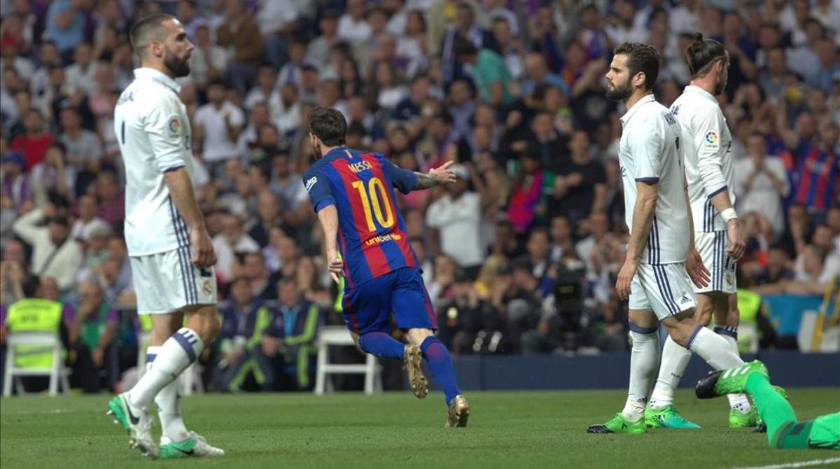 Messi celebra su primer gol al Madrid en el Bernabéu.