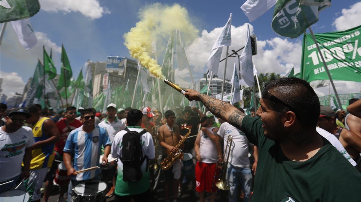 Miles de personas participan en la marcha por la Avenida 9 de julio, en Buenos Aires, el 21 de febrero.