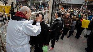 Miles de personas participan en la procesión de San Cayetano para pedir pan y trabajo, este miércoles en Buenos Aires.