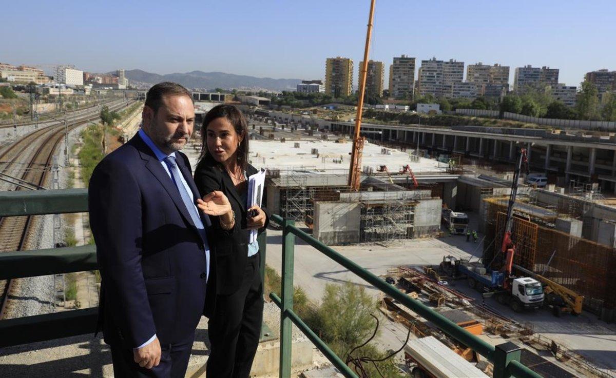 El ministro de Fomento, José Luis Ábalos, y la presidenta de Adif, Isabel Pardo, durante su visita a las obras de la estación del AVE en la Sagrera.