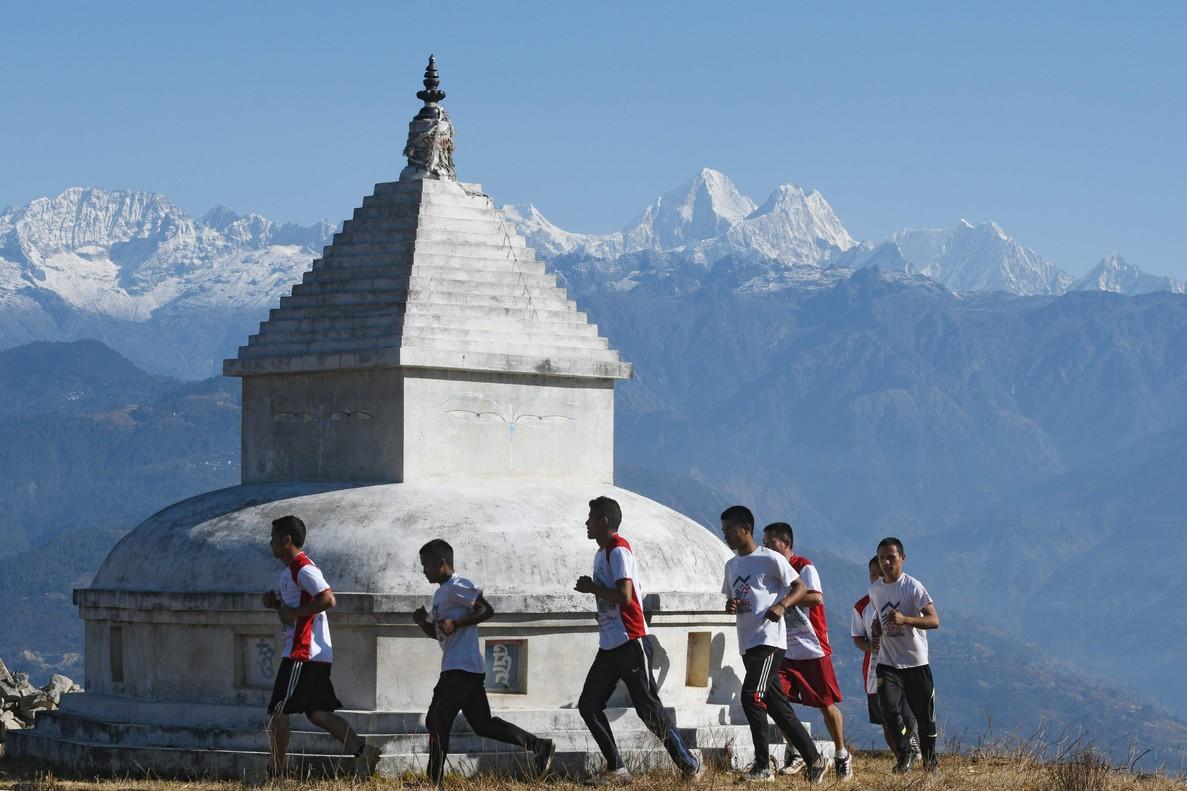 Los monjes budistas se entrenan para el ultramaratón del Himalaya.