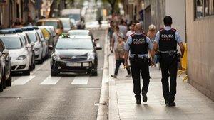 Una pareja de Mossos, patrullando por Ciutat Vella.