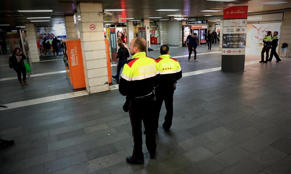 Mossos y Guardia Urbana vigilan que no se instalen vendedores ambulantes en el vestíbulo de Renfe en Plaza Catalunya.