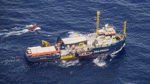 Vista aerea del barco 'Sea Watch 3'bloqueado ante las costas de la isla de Lampedusa.