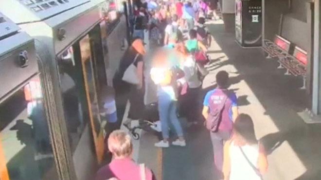 Un niño cae en el hueco entre el tren y el andén en una estación de Sidney.