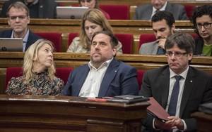 Oriol Junqueras y Carles Puigdemont, ayer, en el pleno del Parlament.
