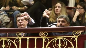Los padres de Diana Quer y de Mari Luz Cortés, durante el debate en el Congreso de las enmiendas a la totalidad a la ley que pretende derogar la prisión permanente revisable.