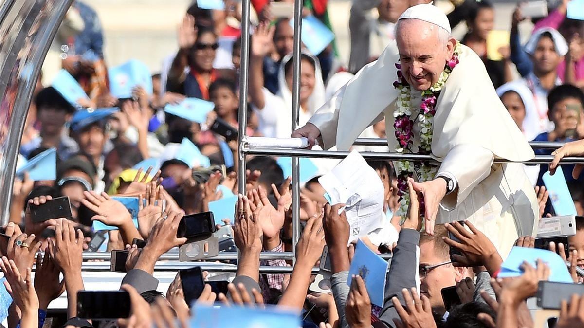 El papa Francisco saluda a fieles a su llegada para la santa misa y ordenación presbiteralen el parque Suhrawardy Udyan en Dacca, Bangladés.