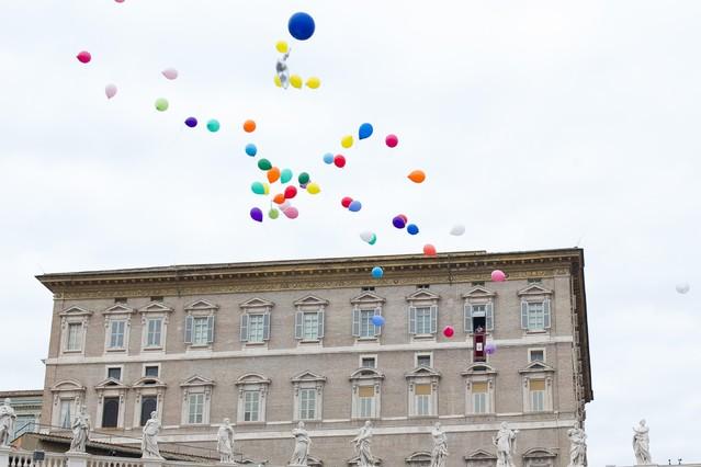 El Papa y un grupo de niños dejan ir unos globos como símbolo de paz, este domingo en el Vaticano.