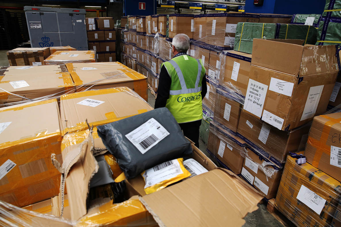 Paquetes procedentes de China, a la espera de ser distribuidos en las dependencias de Correos en la Zona Franca de Barcelona.