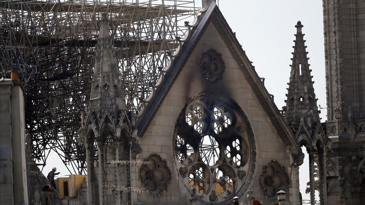 Un trabajador comprueba el estado de una estructura de madera de Notre Dame.