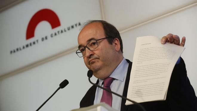 El Parlament rechaza que Iceta sea senador. En la foto, Miquel Iceta con el recurso que presentará ante el Constitucional.