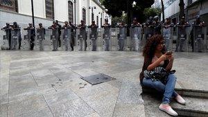 Las fuerzas de seguridad frente a la entrada a la Asamblea Nacional en Caracas.