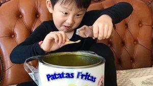 Un niño surcoreano pone salsa a una patata de la marca gallega Bonilla a la vista.